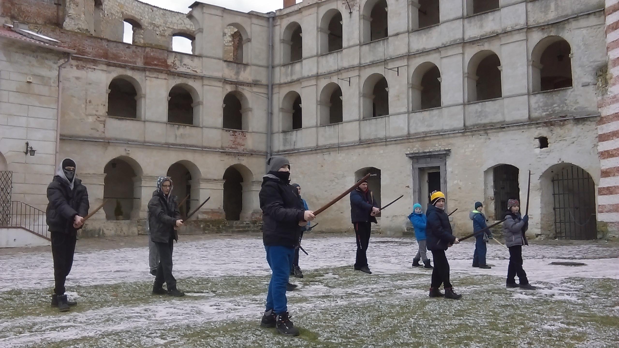 trening Super Aikido na dziedzińcu zamku w Janowcu